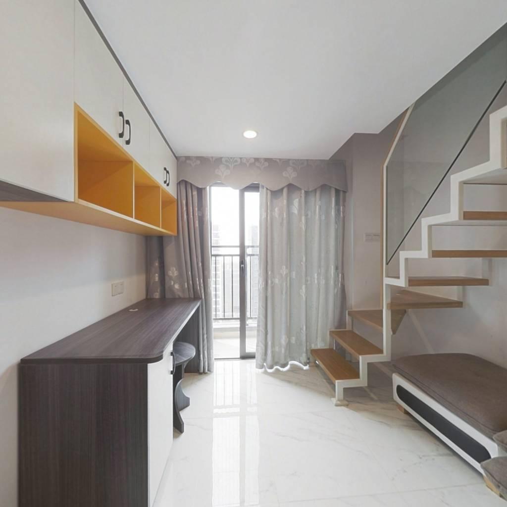 此房精装修,家私家电齐全,拎包入住。