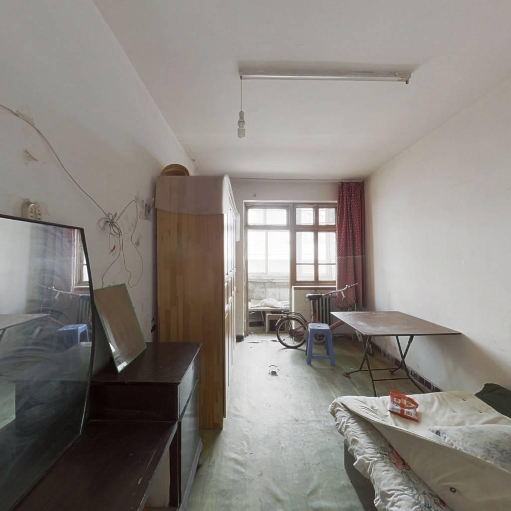 该房屋所在二楼,为中单,两卧室朝阳