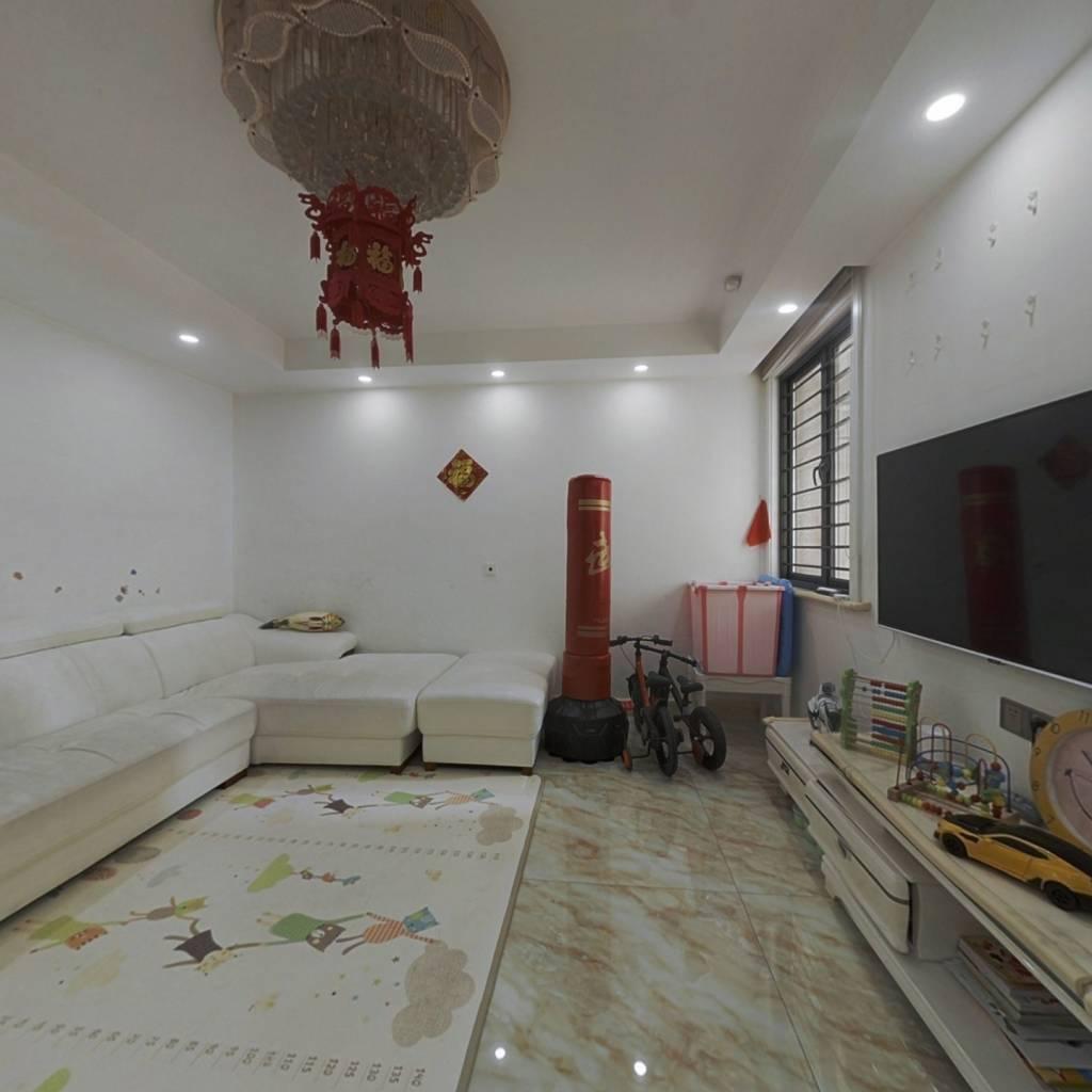 此房满2年距离胜太路地铁站100米左右交通生活便利。
