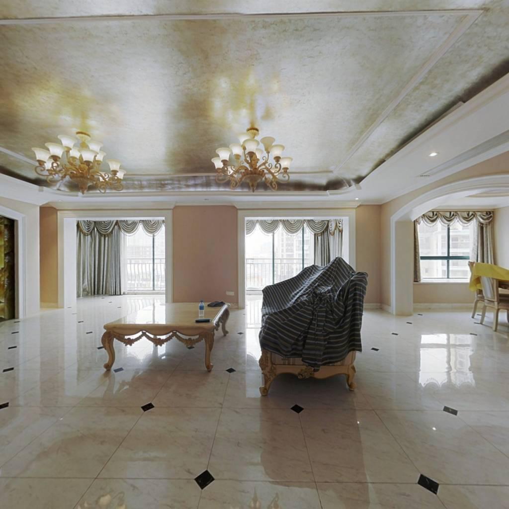 房子户型房子,保养得很好,装修也很不错。