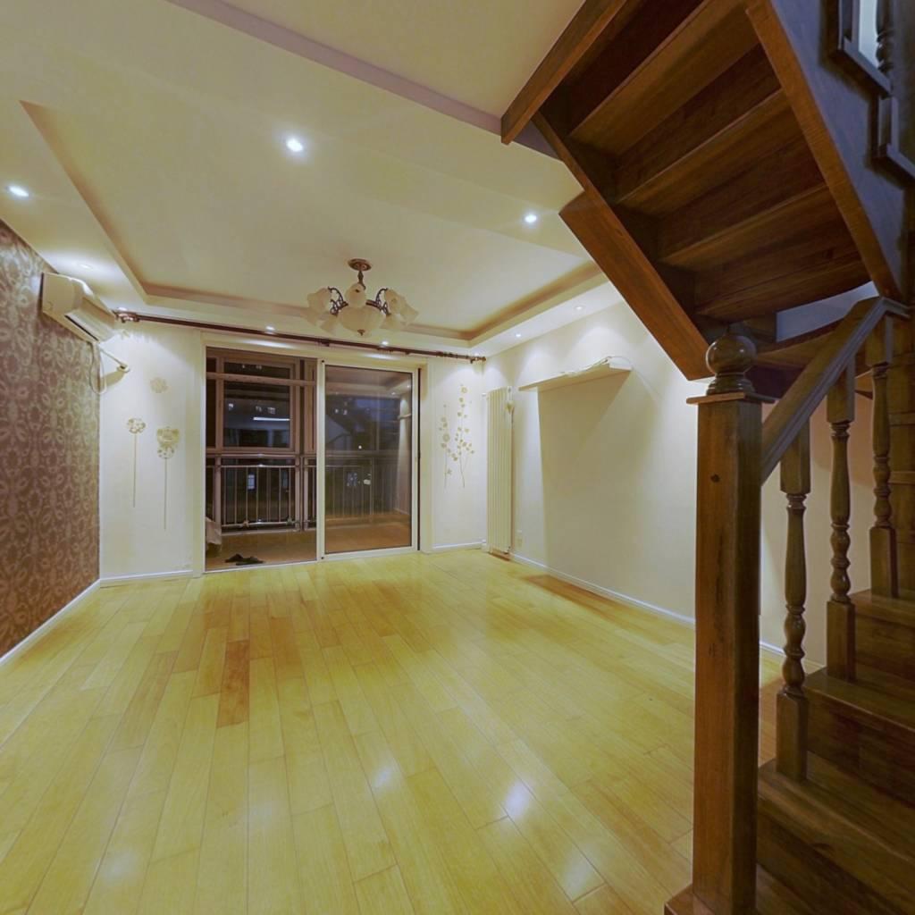 封闭小区 顶加阁,两层精装房,阁楼利用率高,采光好