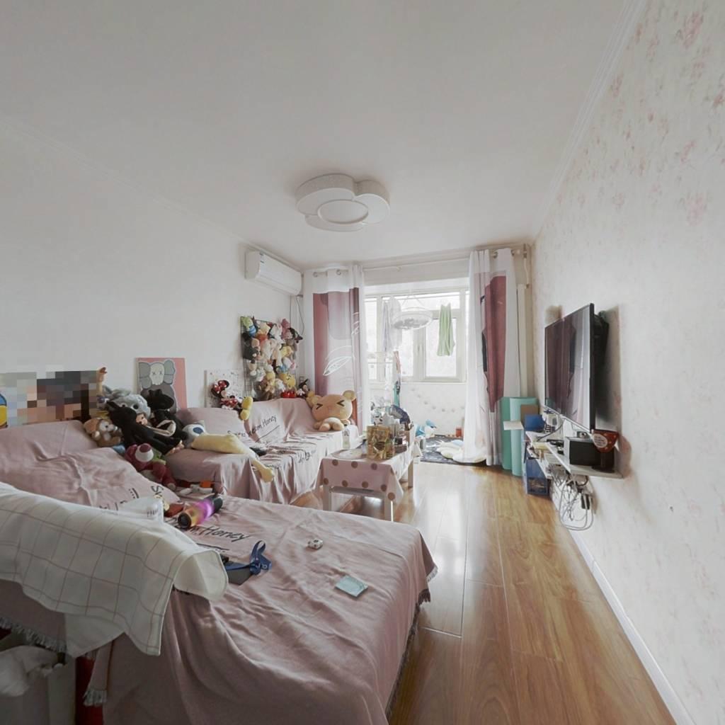 此房是东西向两居室 ,精装修,户型方正,采光好