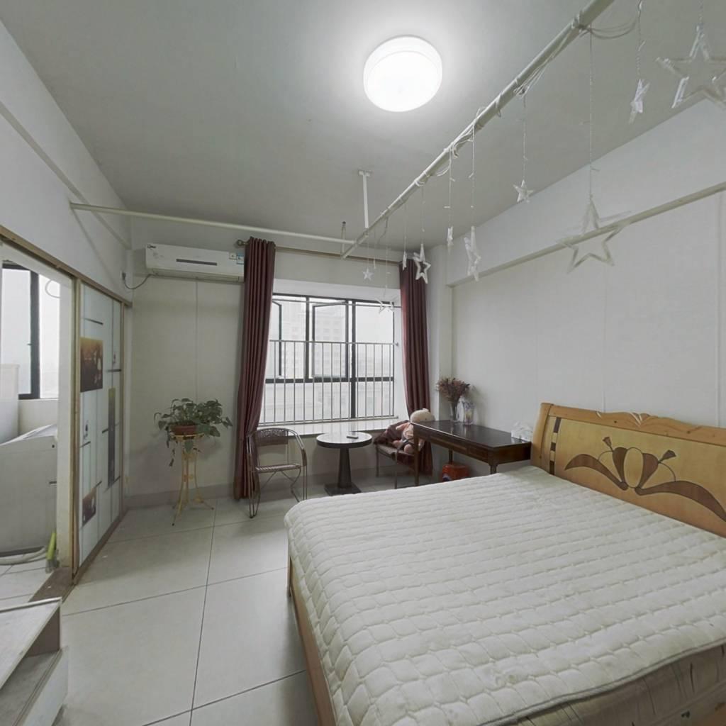 华悦名苑居家单间出售,房子户型方正,采光良好