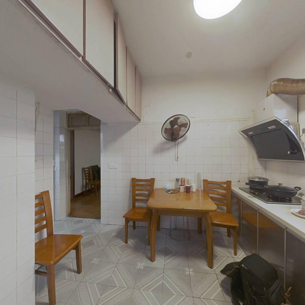 楼层适中,此房采光好,房型正,小区绿化精美配套齐全