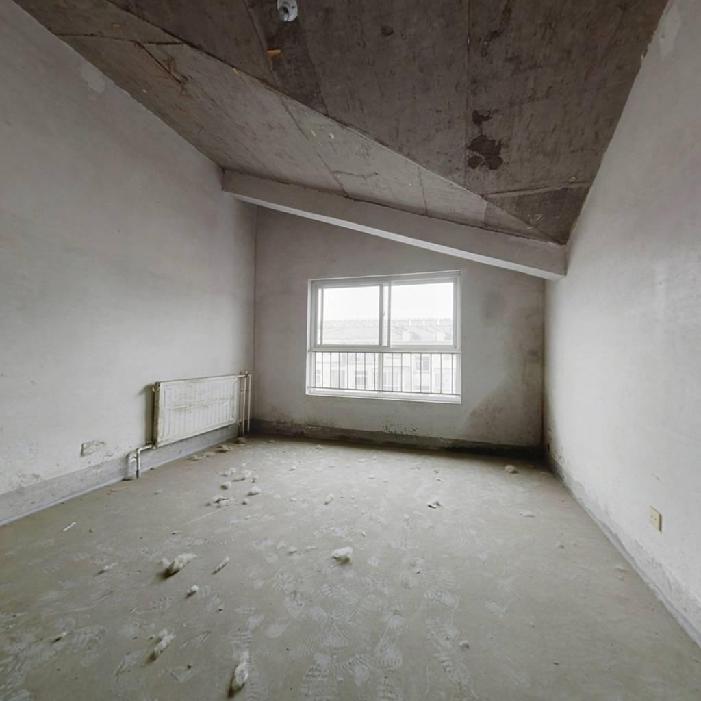 毛坯顶楼,随意装修,有露台可利用面积大
