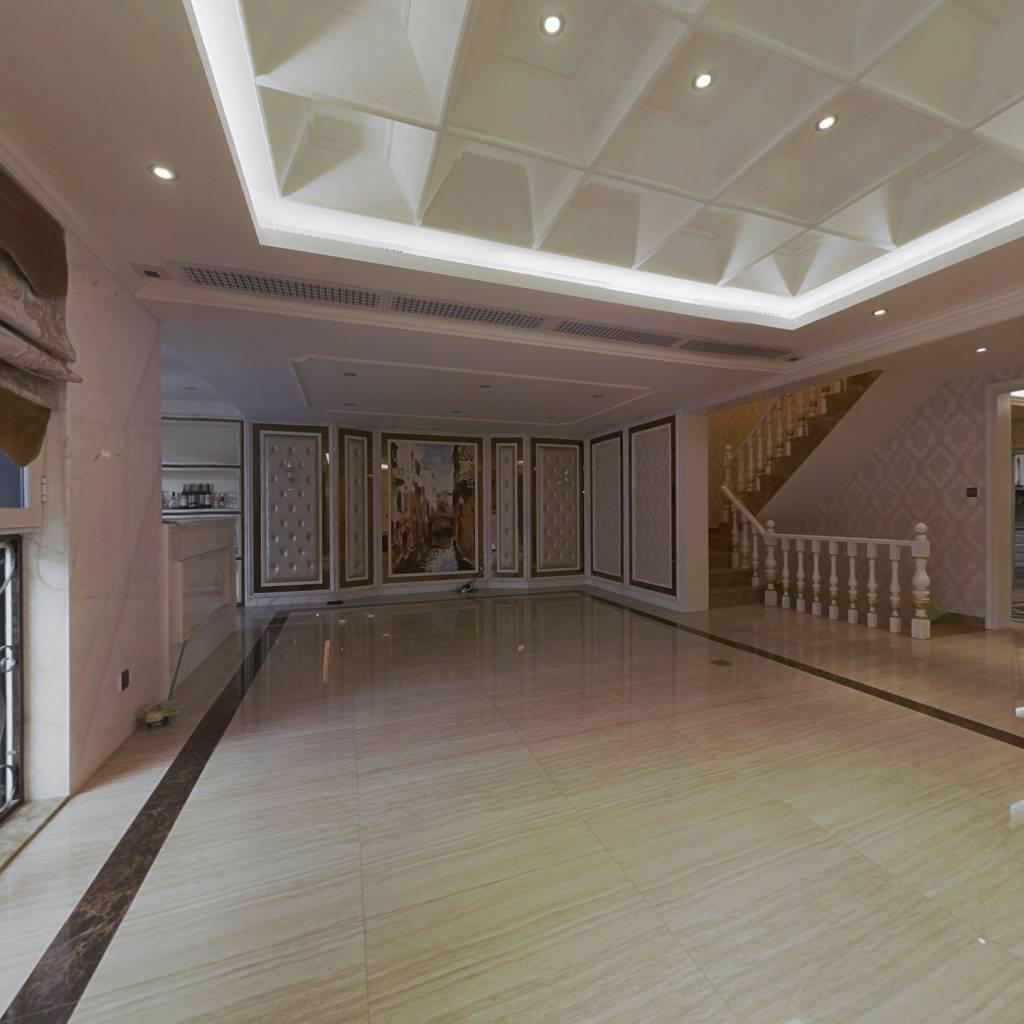 此房满三满二 ,装修考究,楼层优 光照充足