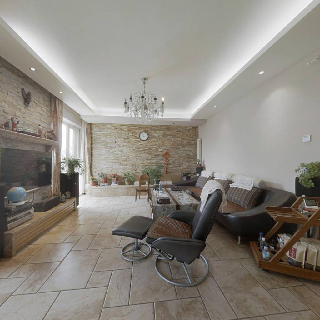 观山观景三居室 中间楼层 户型方正 精心装修设计