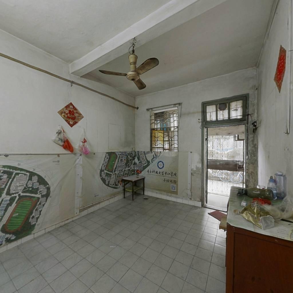 人民医院后边,马赛克外墙,低楼层大三房,诚意出售