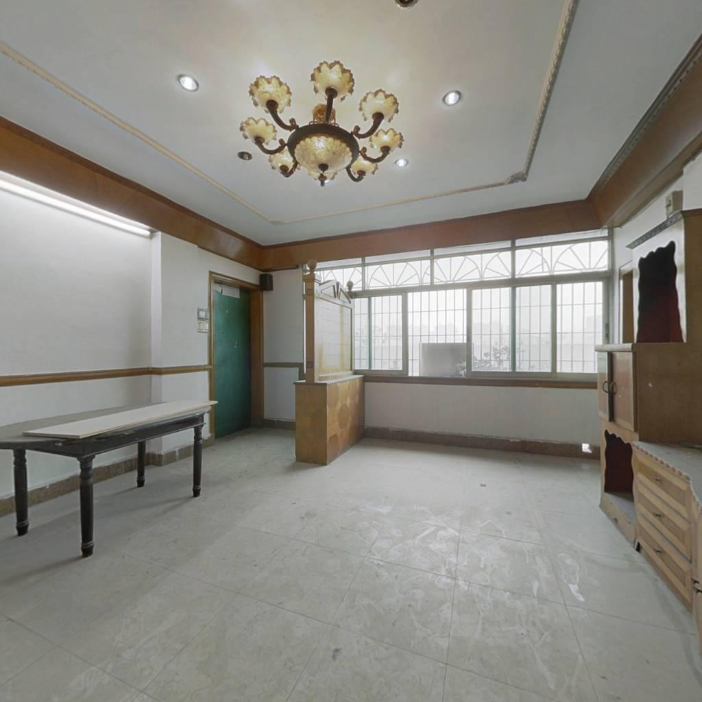 三小旁 总价低 两房一厅 天台自用