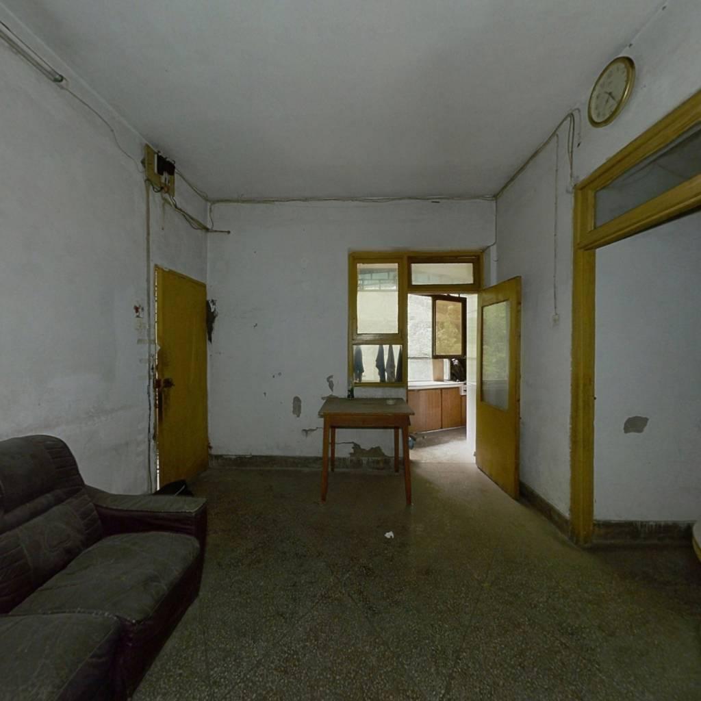 此房楼层好,孩子上学方便,出行方便,离广场十分近的