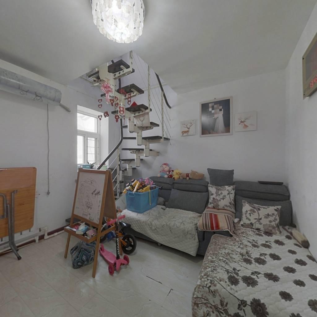 精装修,采光好。看房方便,屋内保持的干净整洁。,