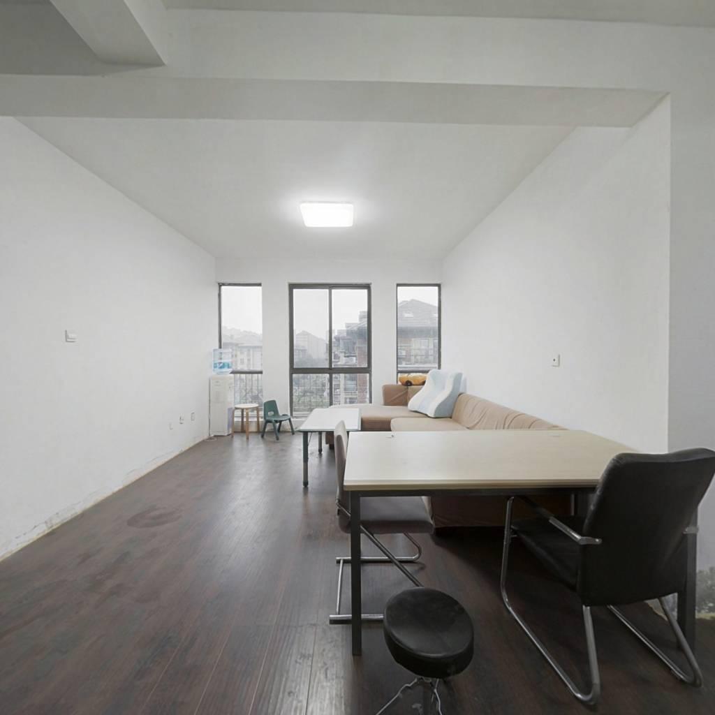 小区中间位置,客厅落地飘窗,设计师复式结构房型!