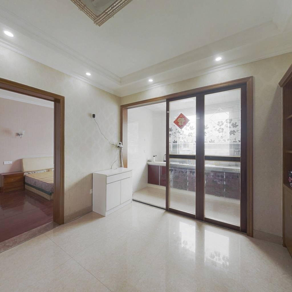 经家人一致同意出售此房产,屋产权清晰、户型方正