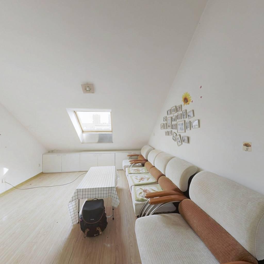 顶楼,园区环境优美,价位美丽,适合居住