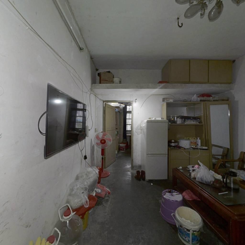 龙凤桥镇府旁,小两房,户型方正,楼层低,停车方便