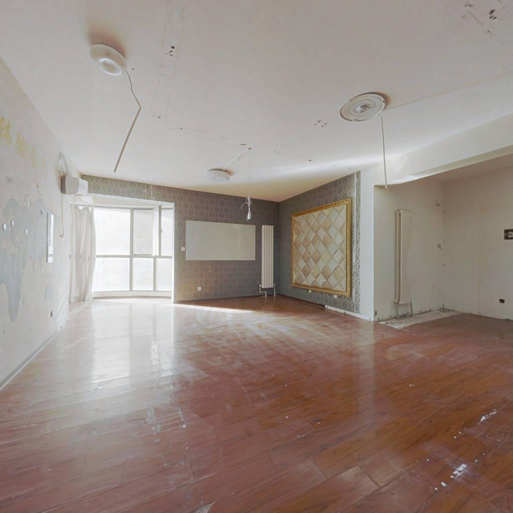 房子位于中层,楼间距大采光好 满五年税少