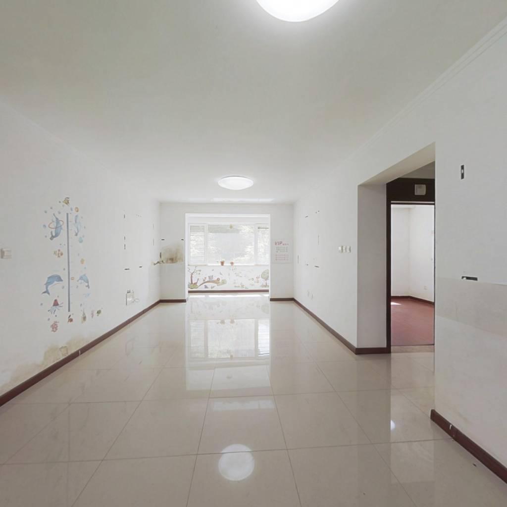标准户型,南北通透好楼层,精装修,价格可议。