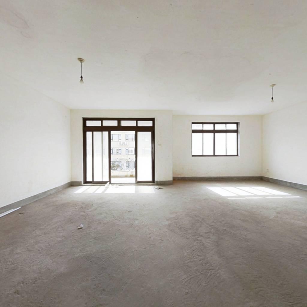 施湾好房,四房三卫,阳台接近十平米,视野开阔。