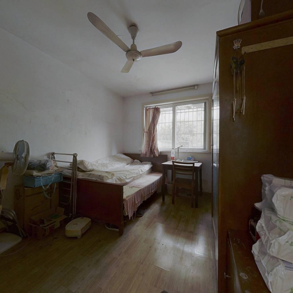 两房朝正南,户型方正,采光好,近地铁,诚意出售