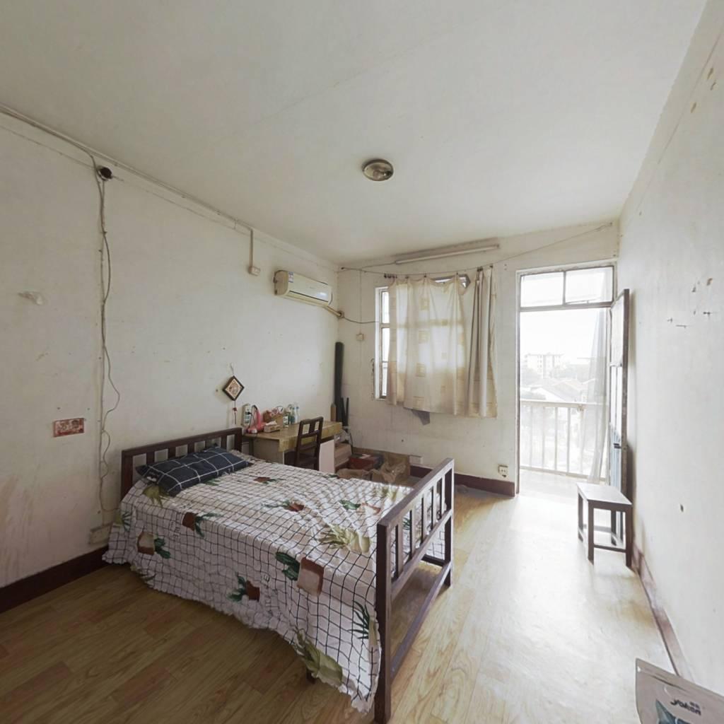 惠龙新村,毛坯两房,交通便利,生活方便。