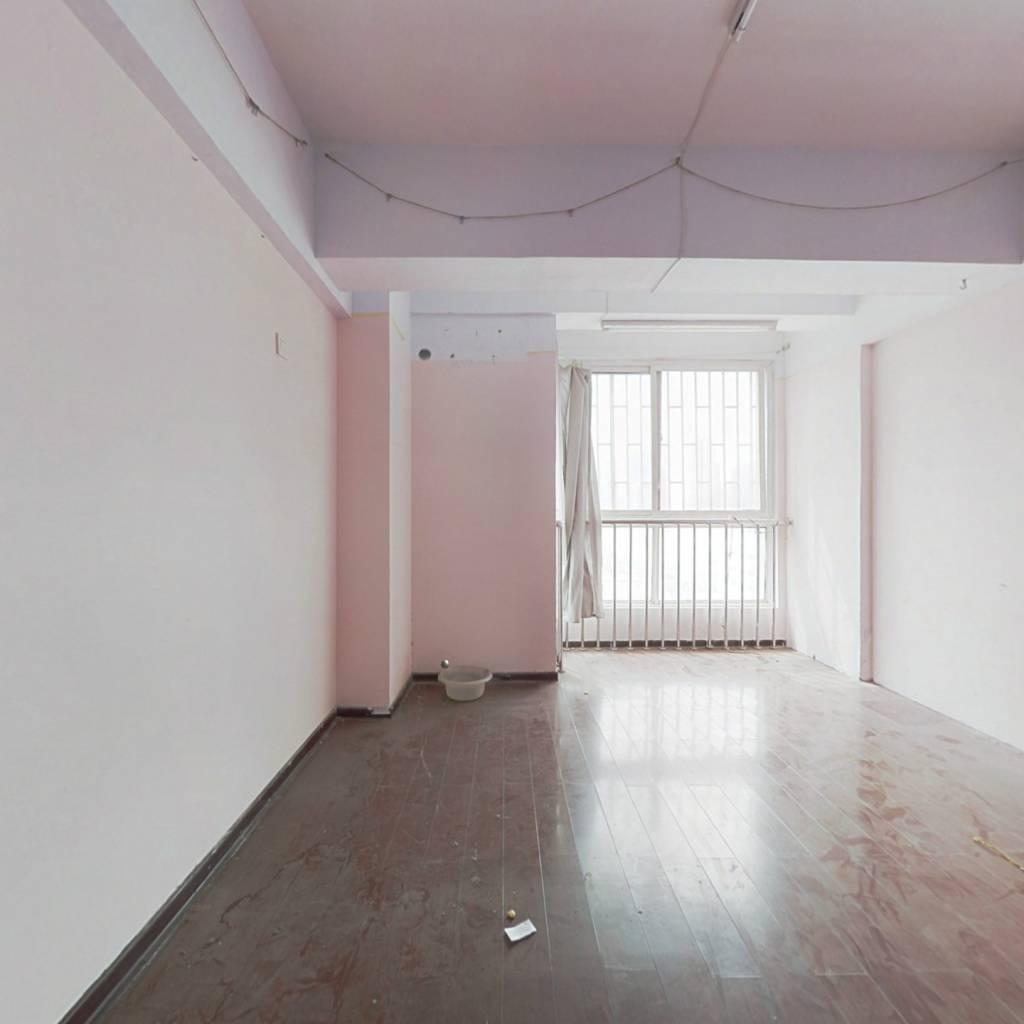 此房就在秦岭路地铁口一号线出口,下楼就是