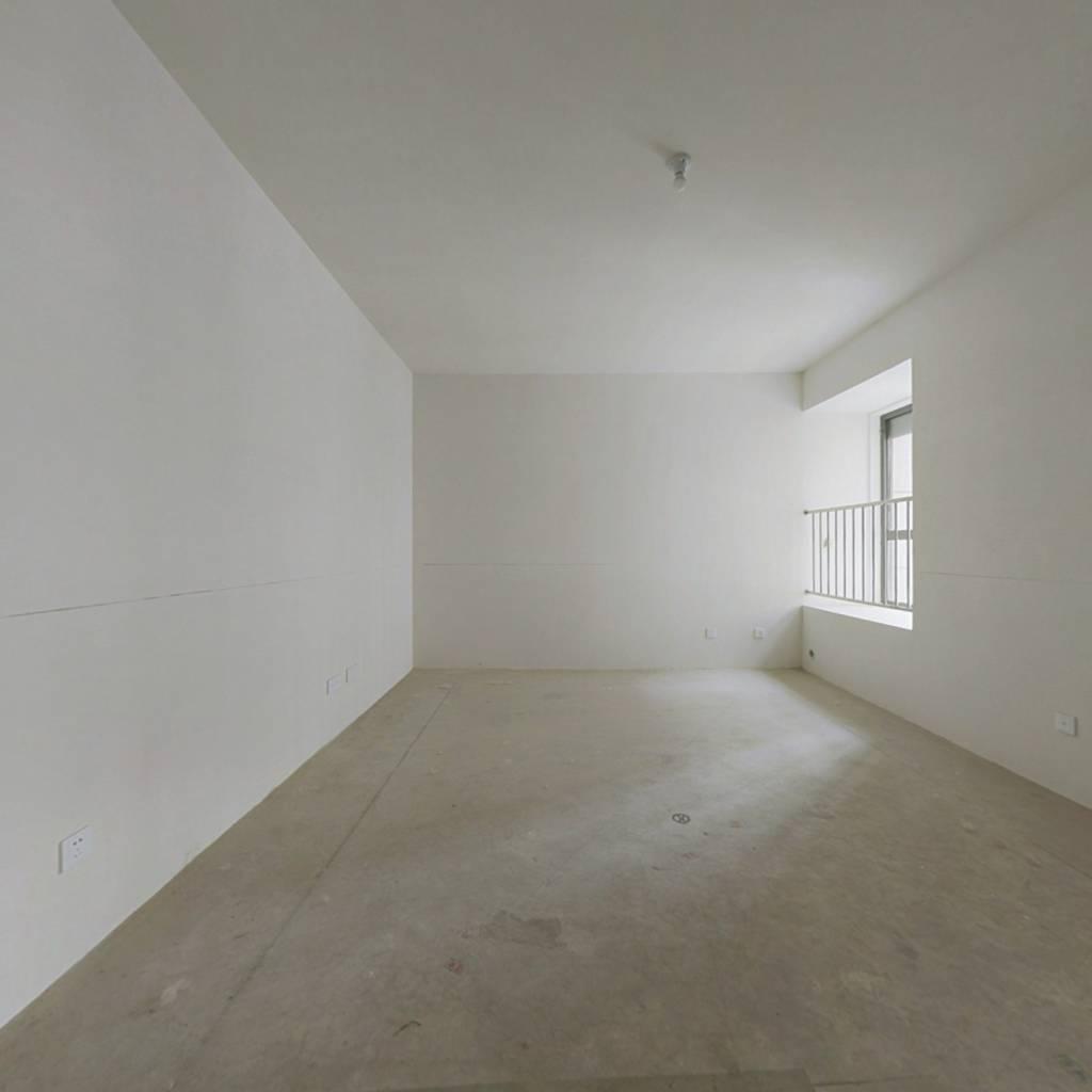 此房是精装修 可拎包入住 小区环境好