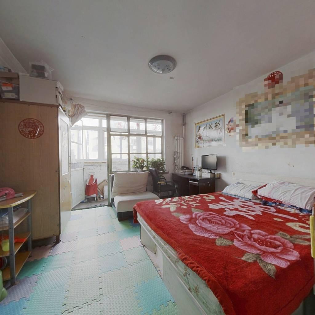 中间楼层,南北向两居室,户型方正,采光无遮挡