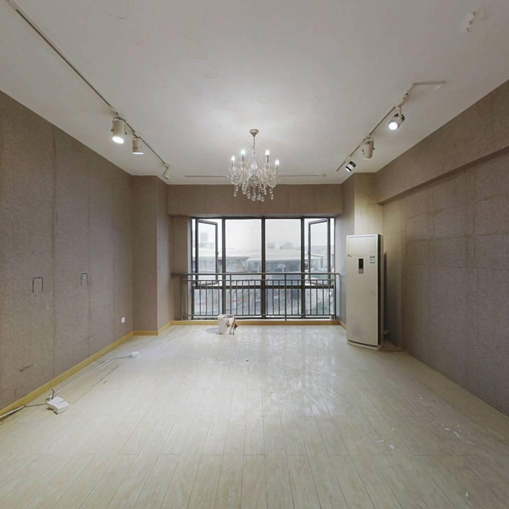 摩天一号,正规两房,配套完善地段好,看房方便。