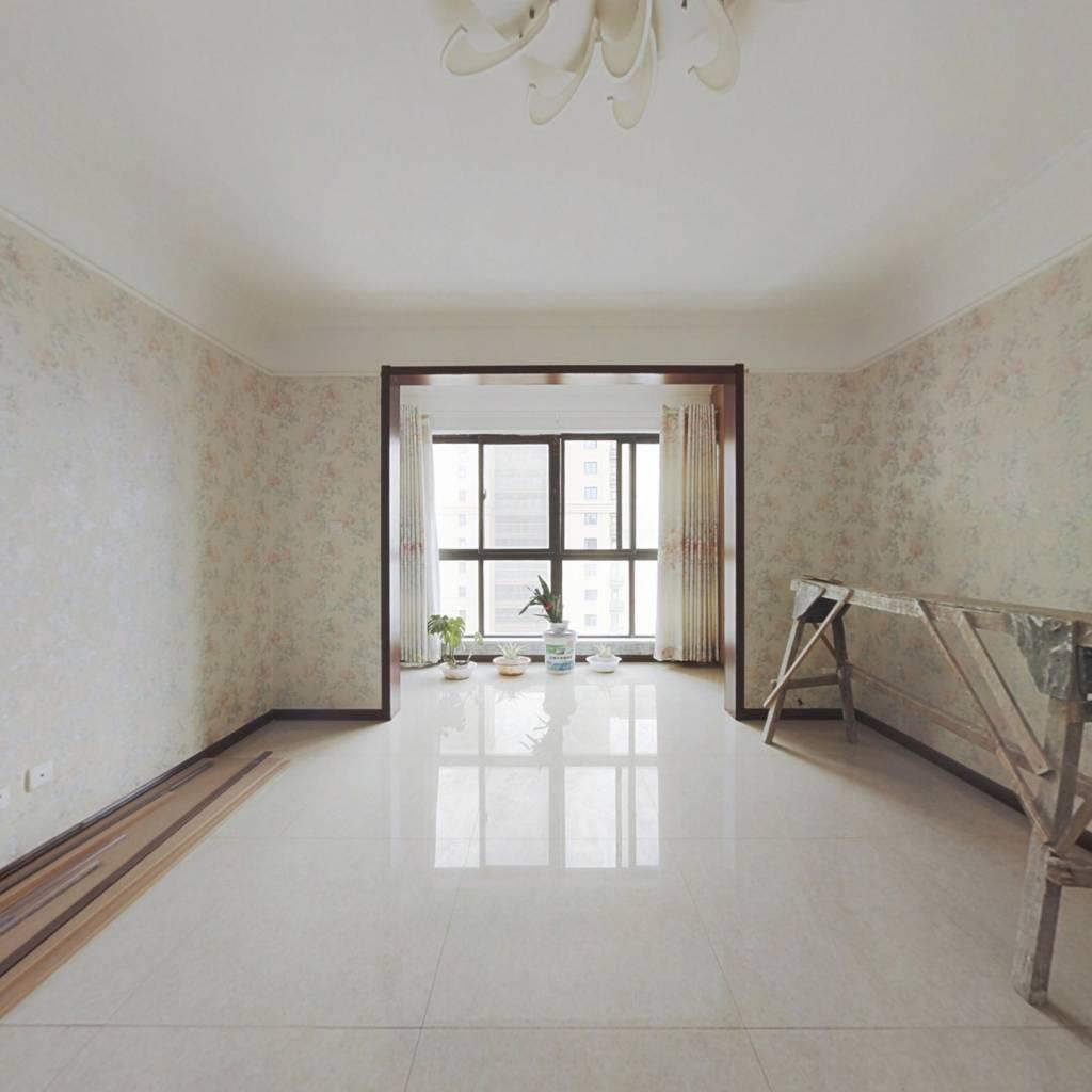 此房为精装三室,南北通透的户型