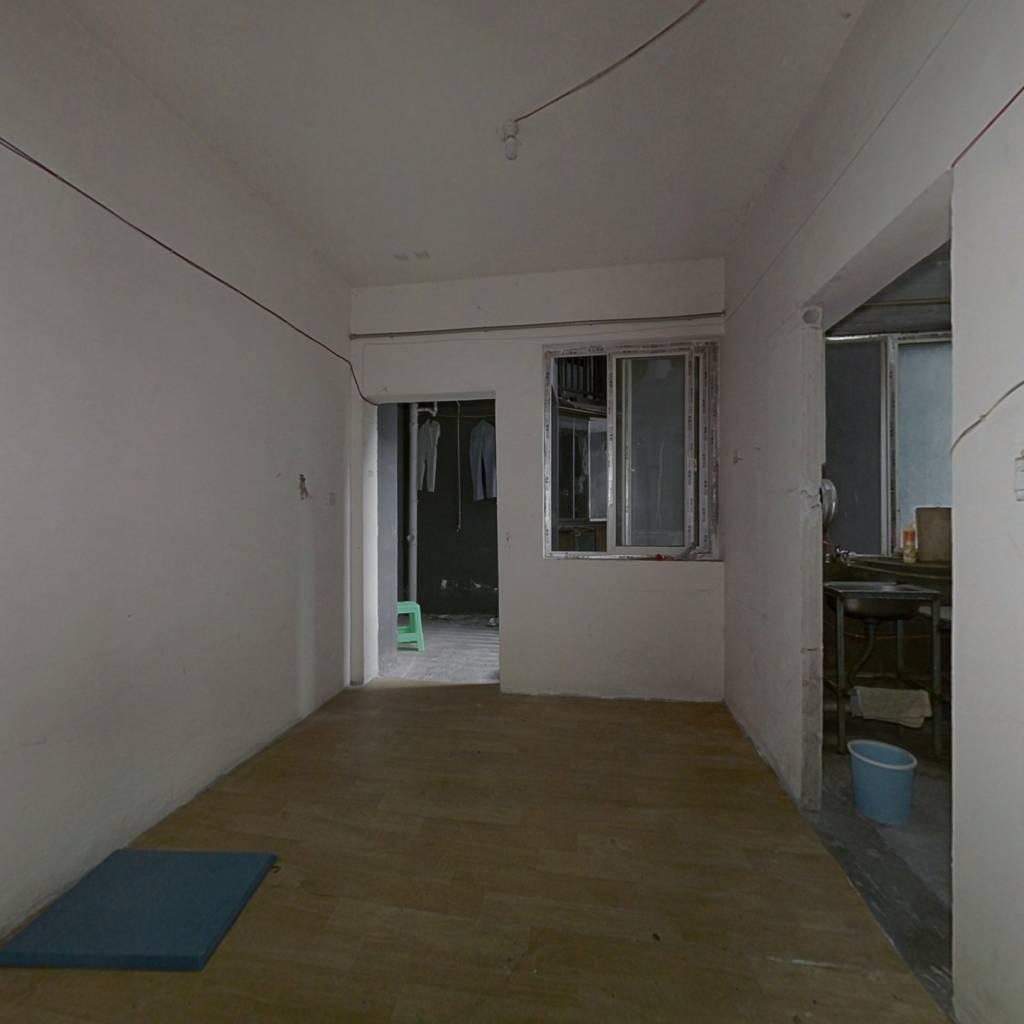 此房是正规三房,带外阳台 。还有入户花园。