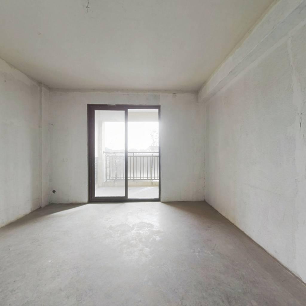 此房满两年,小区中庭,带储藏室,进出方便,户型正。