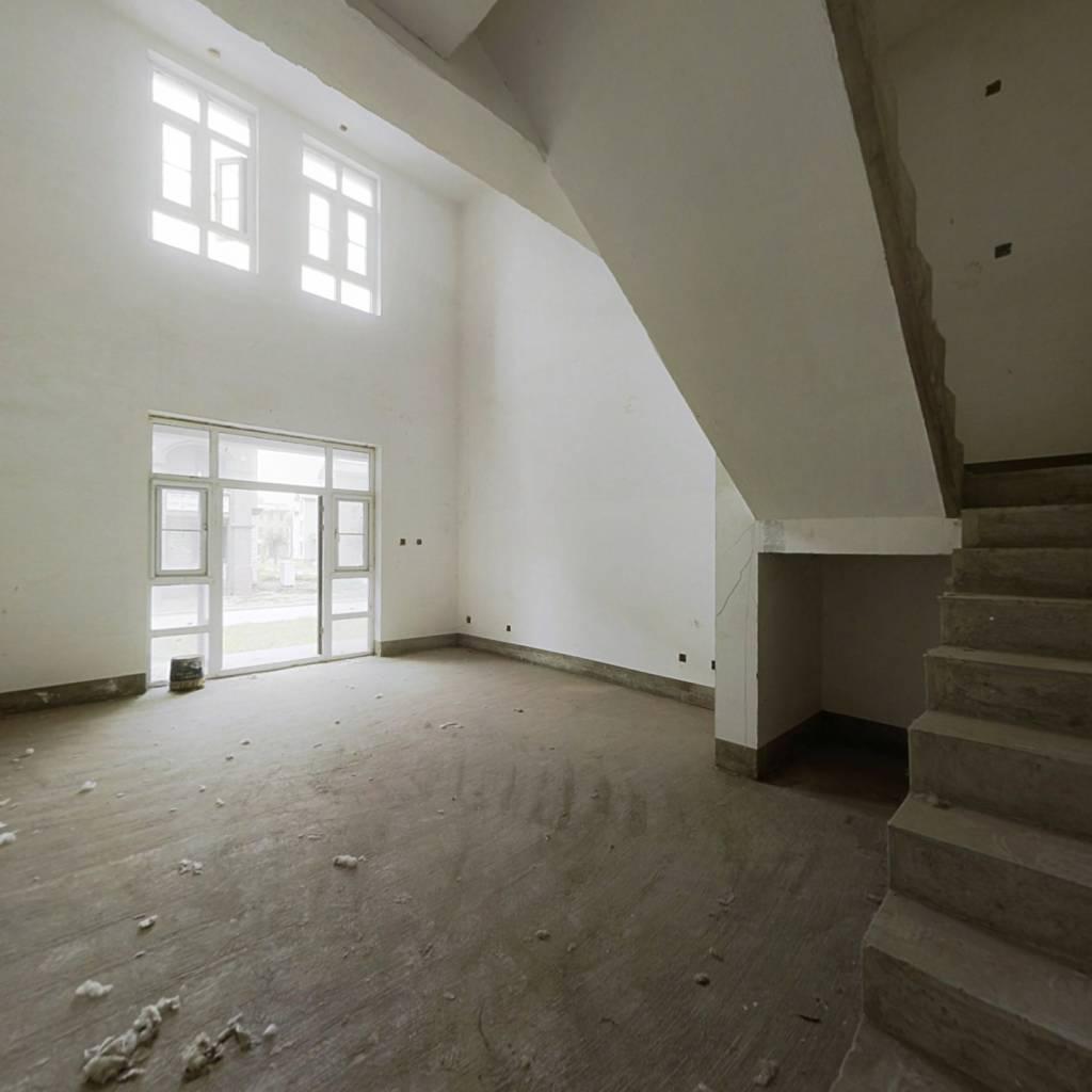 三层到顶别墅,顶层带露台,纯毛坯好装修