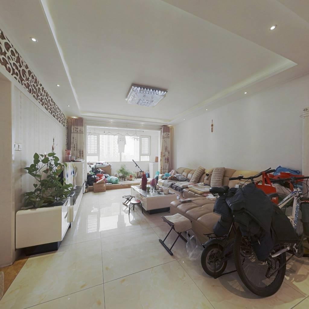 此房的房产证已满两年、厅卧朝阳、不靠火车道