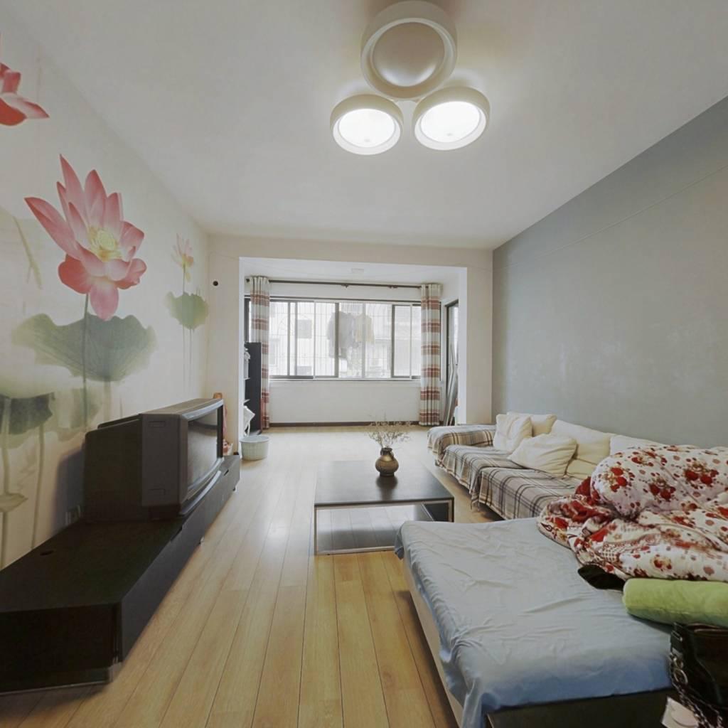 标准套三,客厅卧室带阳台,采光充足,安静不临街