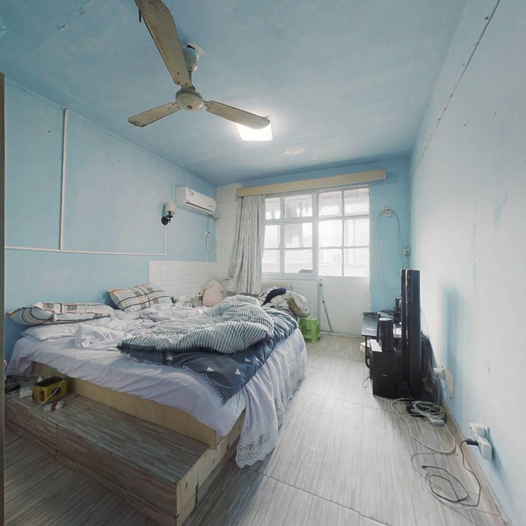 卧室朝南带阳台,房型正气,位置好诚心出售,看房方便