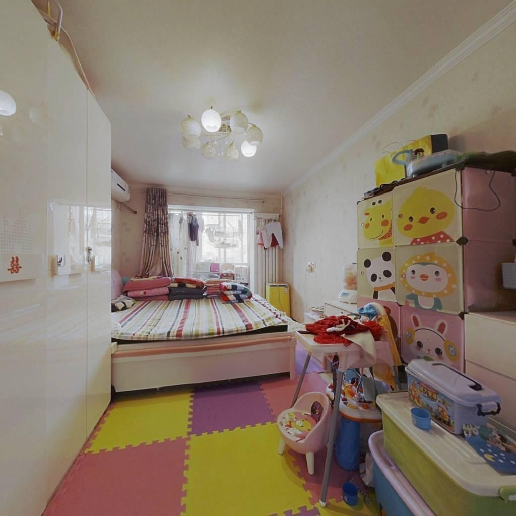 满五年家庭名下就一套房,卧室朝东带阳台,户型方正