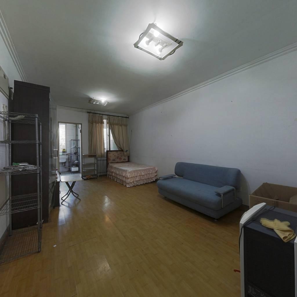 商品房本满两年大一居,税费少,位置好,南向无遮挡。