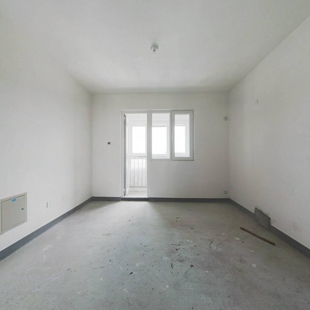 次新房,南北通透格局,楼层好,视野宽阔,采光充足。