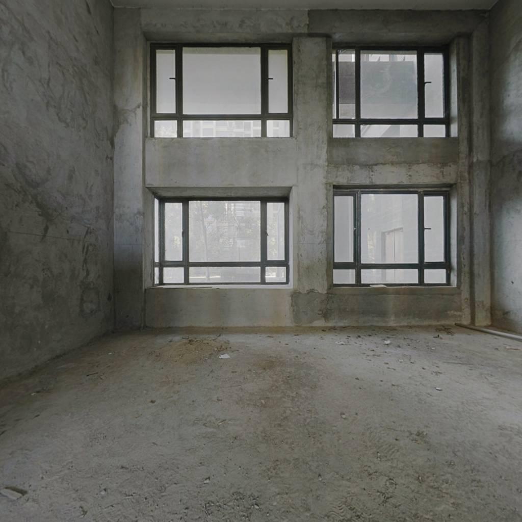 中锴华章复式6房出售 户型方正  适宜居住。