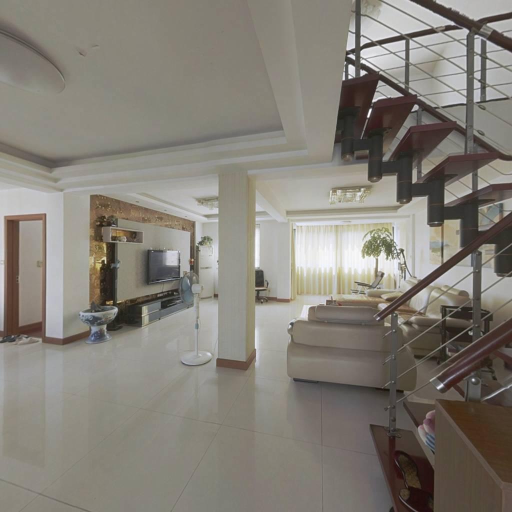 此房户型方正,阳光充足,视线开阔,空气清新,位置佳