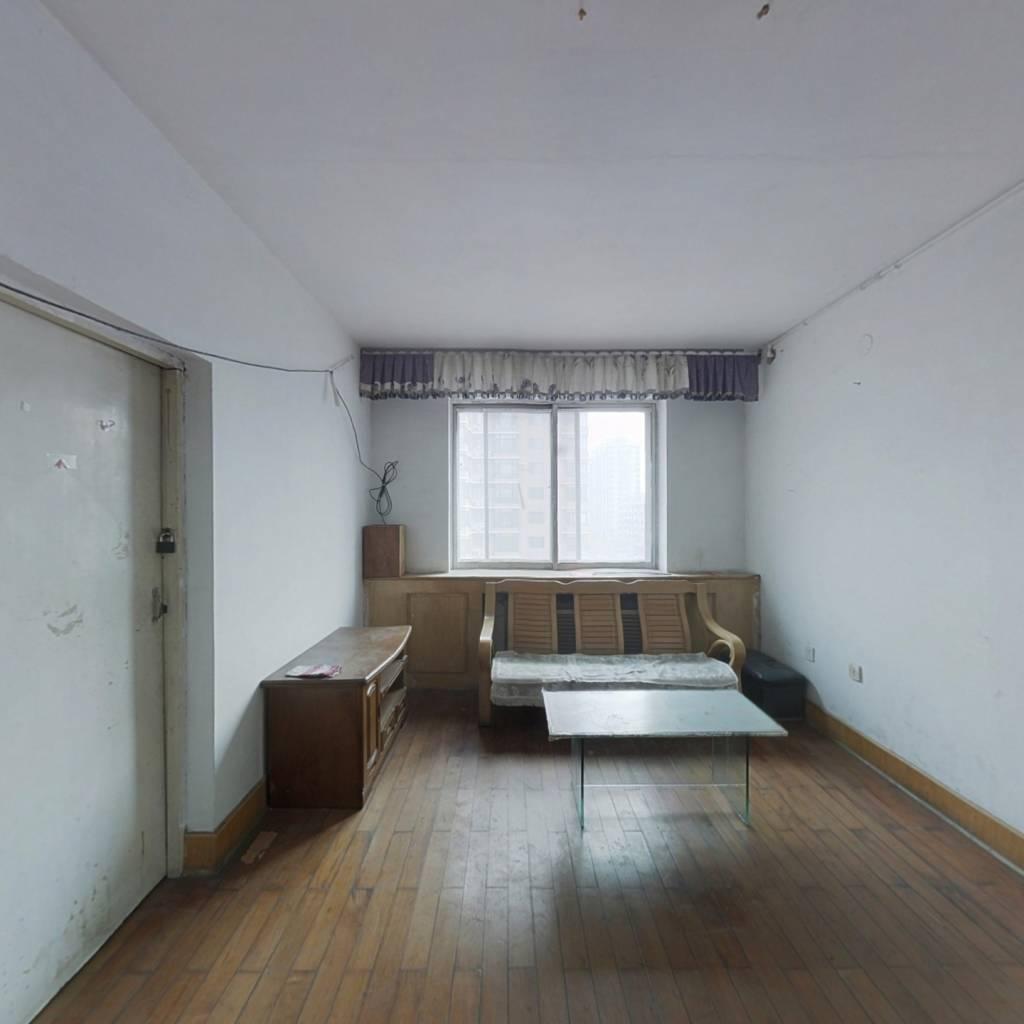 三台子西边,松山小区地铁口,户型三室一厅。