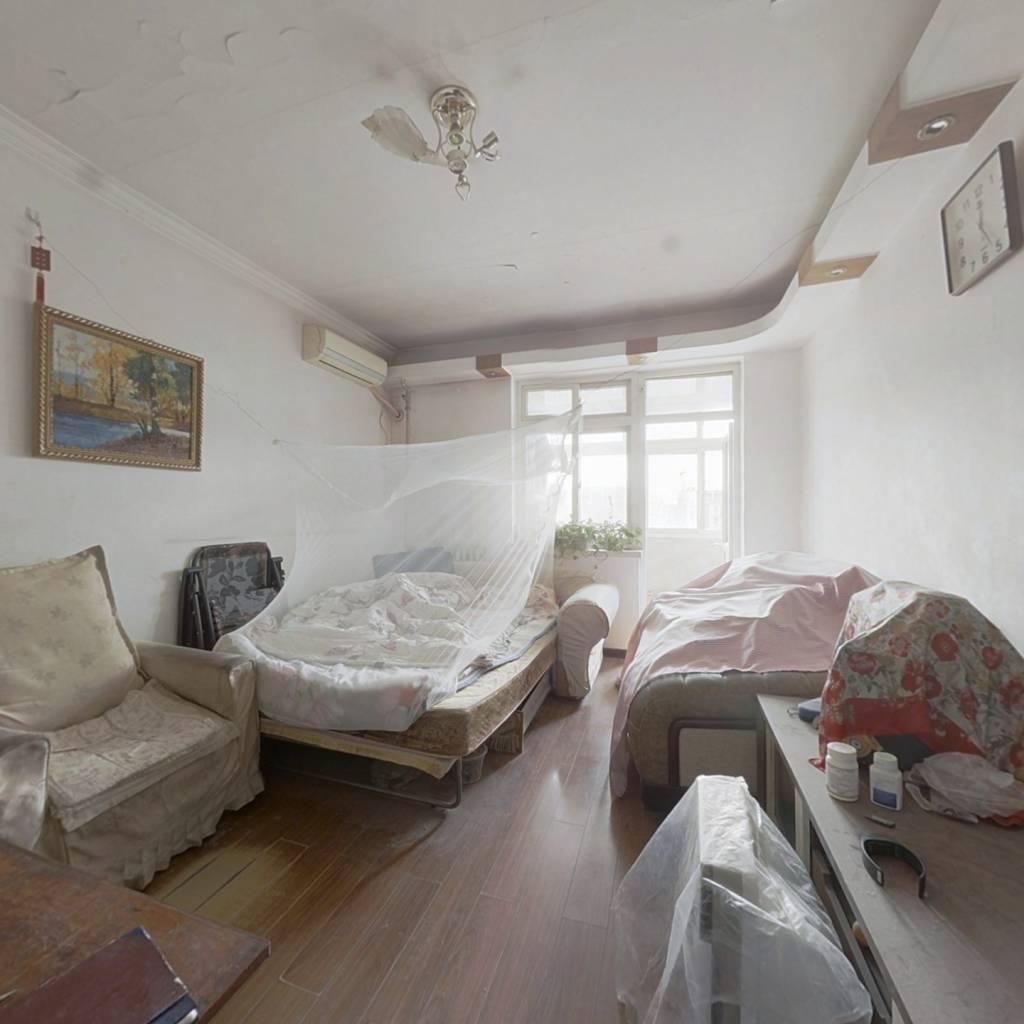 南厂北区正规三居室,通风效果性好。