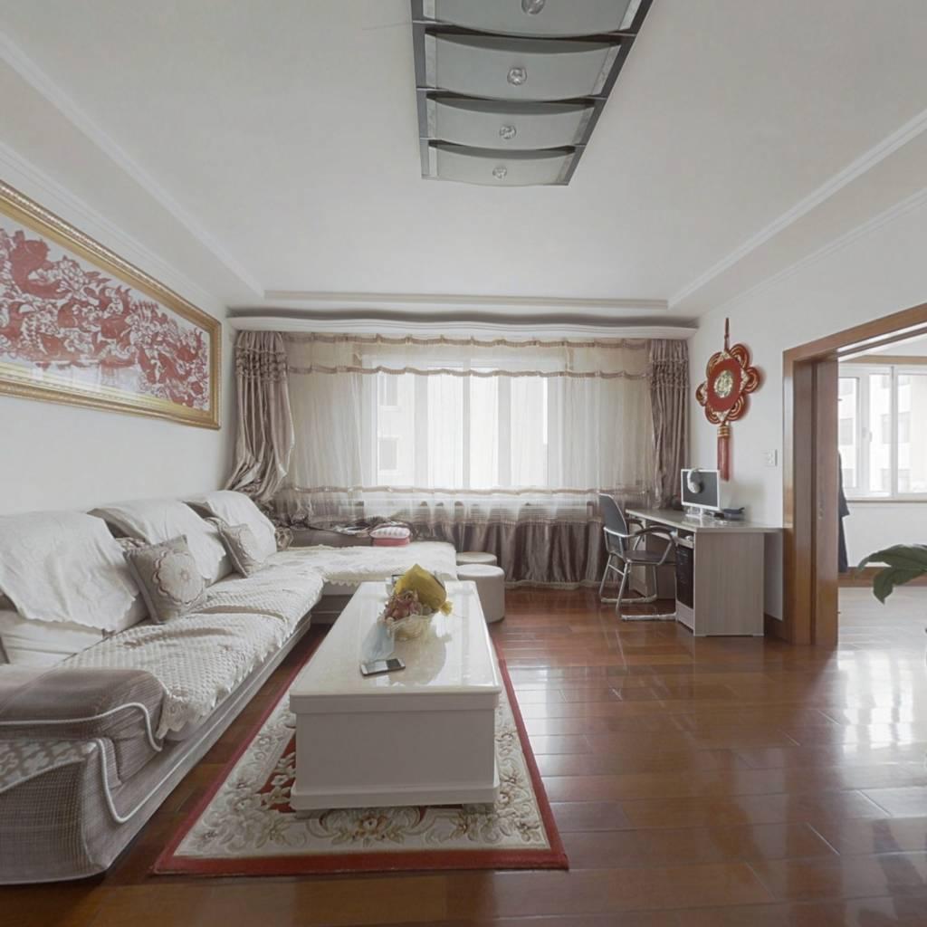 房子是三室两厅,阳光充足,视野开阔,全明户型