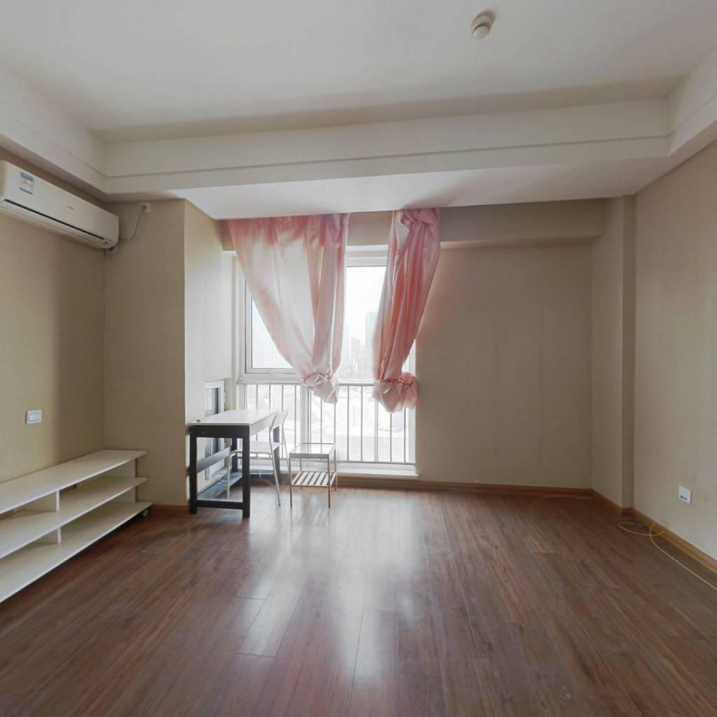 万达广场,精装小公寓出售,保持好,出行购物方便