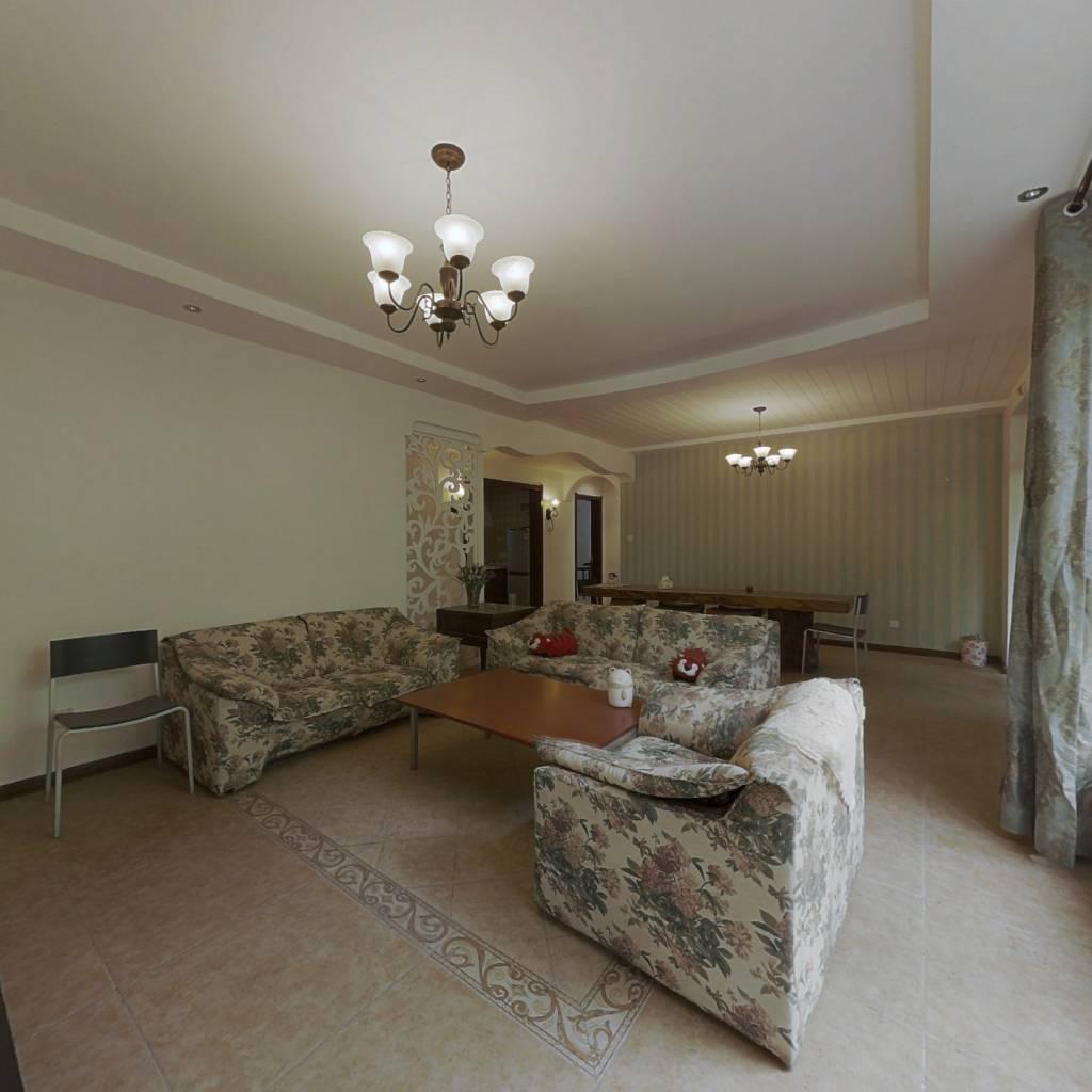 一楼带院,精装修,大客厅大卧室,紧挨公园,交通便利