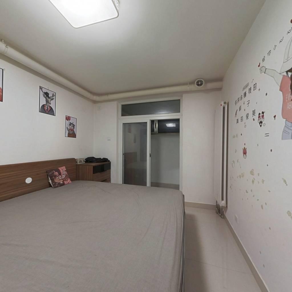 新街口西里三区 半地下 精装三居室  拎包入住