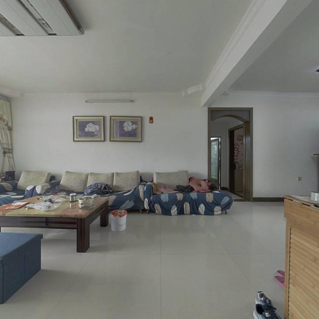 房子是精装修,实用三房,交通方便,生活配套齐全。