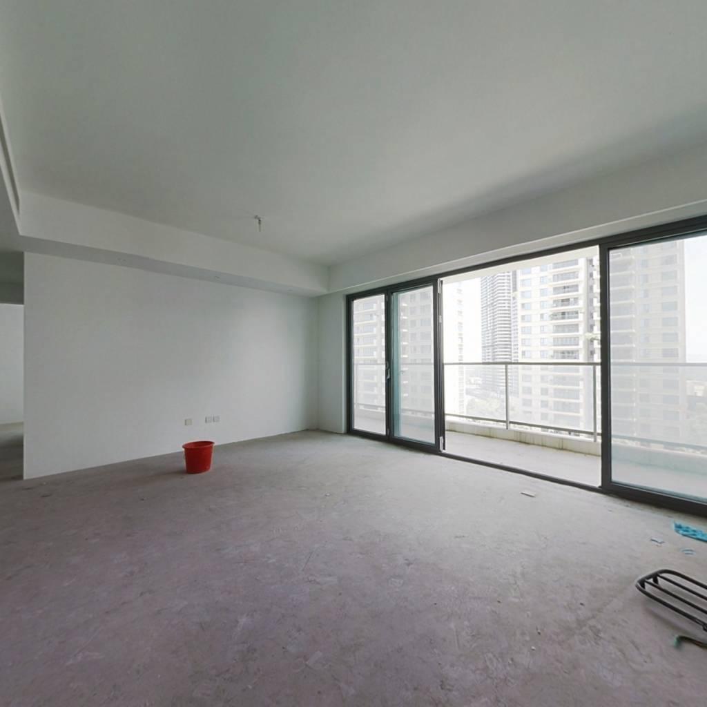 客厅带阳台,采光充足,视野开阔,户型方正,带车位