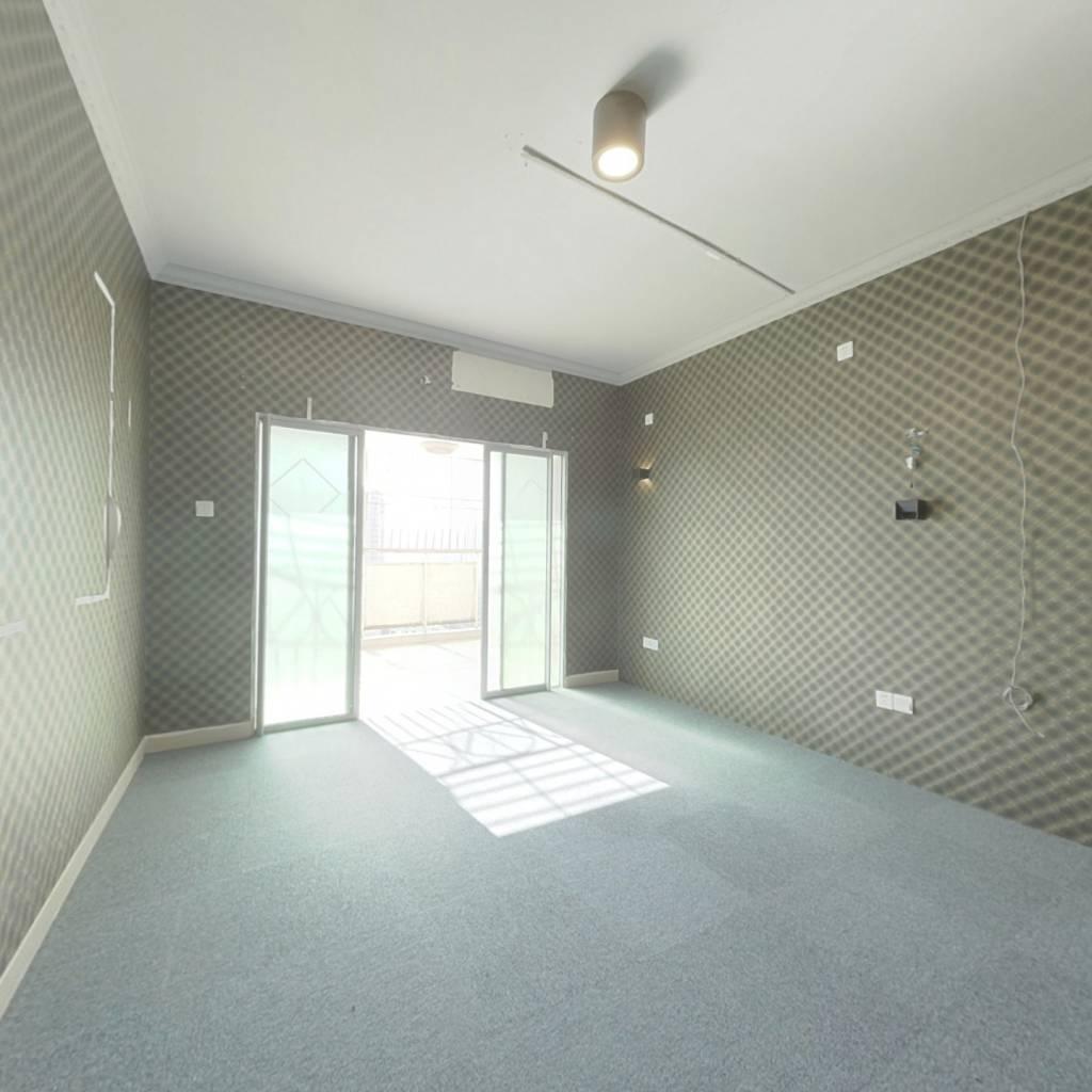 长龙地铁口 五房两厅朝南 户型好 住家舒适