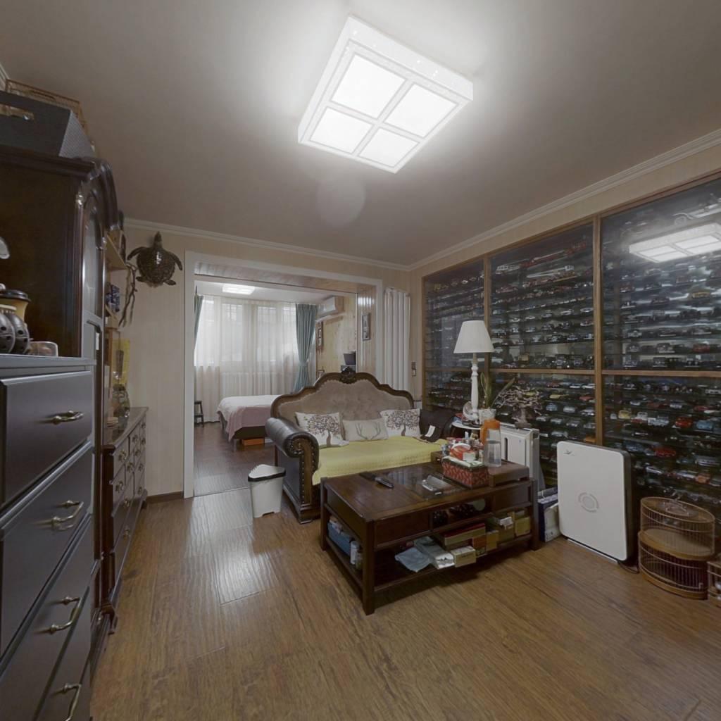 精装修两居室,使用面积大,业主靠谱出售